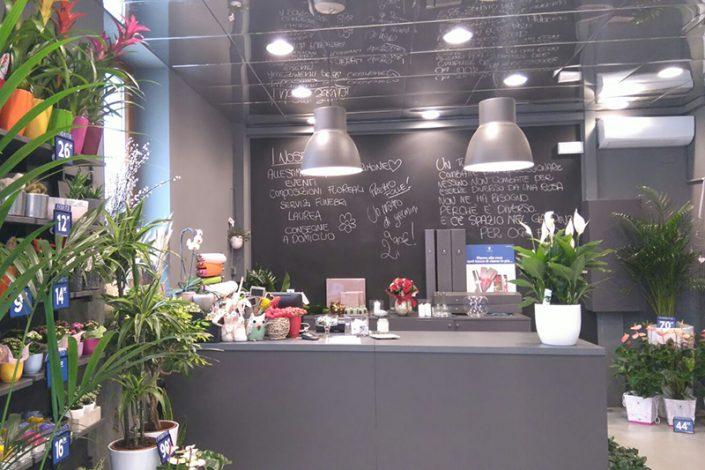 Banco di un negozio di fiori a marchio Fiorito